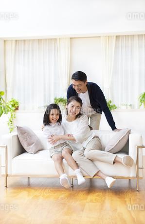 ソファーで笑い合う親子の写真素材 [FYI02967080]