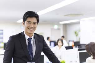 オフィスで笑うビジネス男性の写真素材 [FYI02967082]