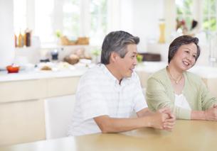 テーブルで会話するシニア夫婦の写真素材 [FYI02967085]