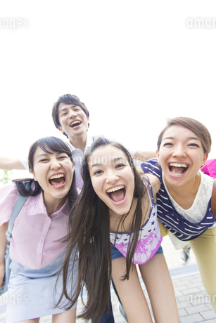 笑顔で顔を寄せる若者たちの写真素材 [FYI02967087]