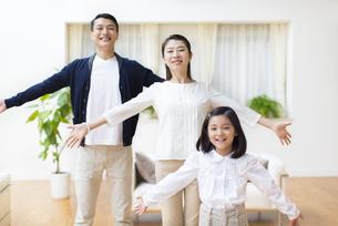 並んで腕を拡げる親子の写真素材 [FYI02967089]