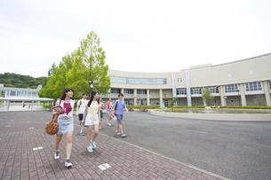 キャンパスを歩く学生たちの写真素材 [FYI02967092]