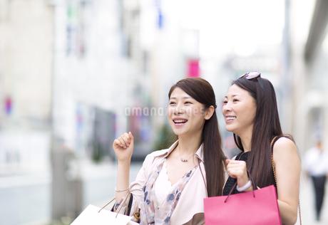 街で買物を楽しむ2人の女性の写真素材 [FYI02967096]