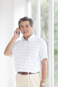 スマートフォンで話すシニア男性の写真素材 [FYI02967101]