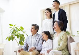 集合して上を見る三世代家族の写真素材 [FYI02967104]