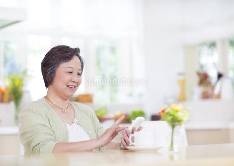 スマートフォンを見るシニア女性の写真素材 [FYI02967108]