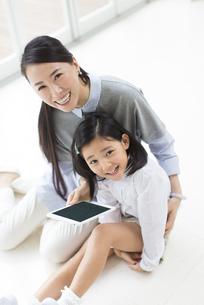 床に座って笑う母と娘の写真素材 [FYI02967113]