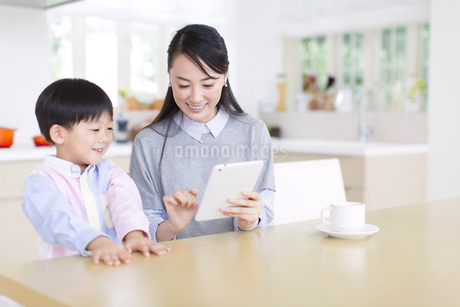 タブレットPCを見る母と男の子の写真素材 [FYI02967117]
