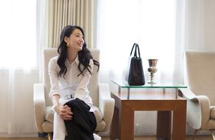 ソファーに座って微笑む女性の写真素材 [FYI02967123]