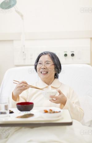 病院食を食べる患者の写真素材 [FYI02967126]