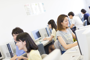 パソコン教室でモニターに向かう学生たちの写真素材 [FYI02967129]