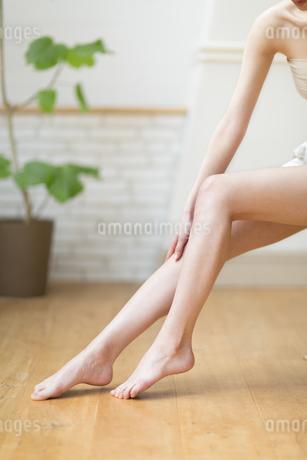 脚のふくらはぎをマッサージをする女性の手元の写真素材 [FYI02967133]