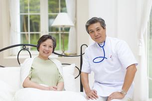 訪問医療の医者と患者のシニア女性の写真素材 [FYI02967137]