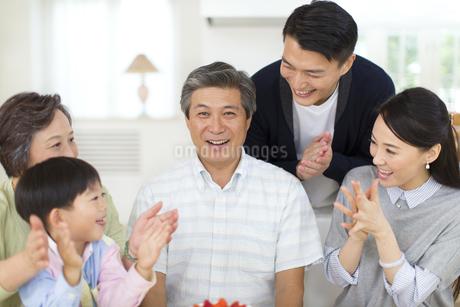 祖父の誕生日のお祝いをする家族の写真素材 [FYI02967143]