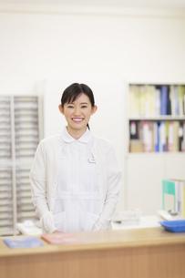 笑顔で受付をする女性看護師の写真素材 [FYI02967147]