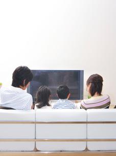 テレビを見ながら団欒するファミリーの写真素材 [FYI02967152]
