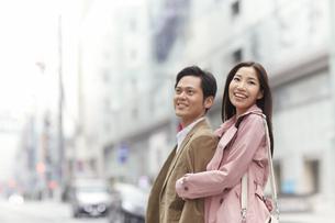 街を腕を組んで歩くカップルの写真素材 [FYI02967154]