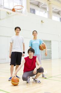 バスケットボールのコートで微笑む学生のポートレートの写真素材 [FYI02967156]