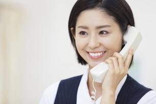 電話をする制服姿の女性の写真素材 [FYI02967158]