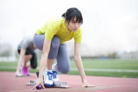 クラウチングスタートをする女子学生の写真素材 [FYI02967162]