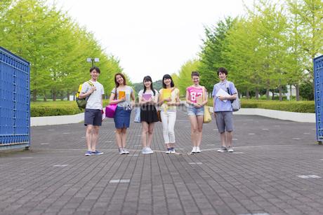 キャンパスの門で笑顔で並ぶ学生たちの写真素材 [FYI02967164]
