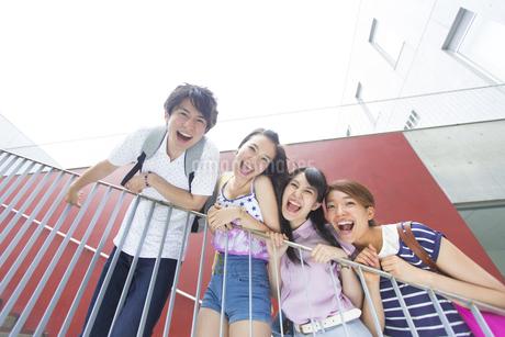 階段で笑顔で並ぶ学生たちの写真素材 [FYI02967170]