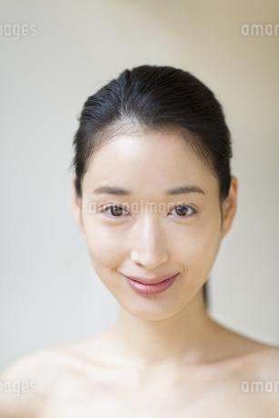微笑む女性の写真素材 [FYI02967172]