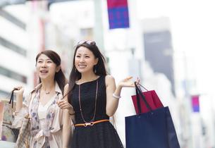 街で買物を楽しむ2人の女性の写真素材 [FYI02967178]