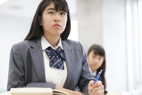 授業を受ける女子高校生の写真素材 [FYI02967179]