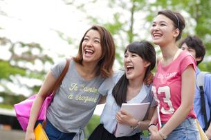 寄り集まって笑う学生たちの写真素材 [FYI02967183]