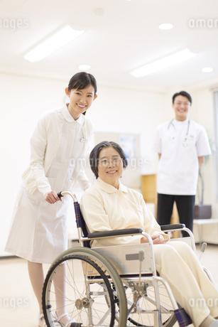 車椅子の患者に添う女性看護師の写真素材 [FYI02967184]