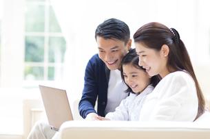 ノートPCを見る親子の写真素材 [FYI02967188]