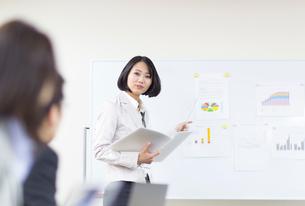 会議で説明するビジネス女性の写真素材 [FYI02967190]