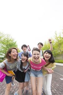 キャンパス内で笑う学生たちのポートレートの写真素材 [FYI02967191]