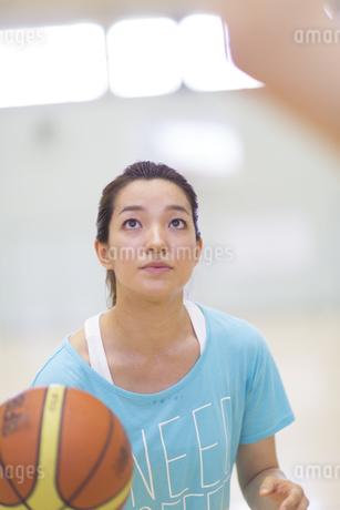 バスケットボールを持って構える若い女性の写真素材 [FYI02967195]