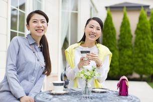 コーヒーを飲みながら微笑む2人の女性の写真素材 [FYI02967203]