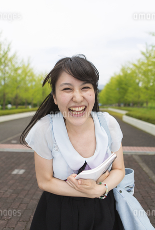 顔を寄せて笑う女子学生のポートレートの写真素材 [FYI02967208]