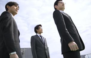 遠くを見ながら立つビジネス男性3人の写真素材 [FYI02967210]