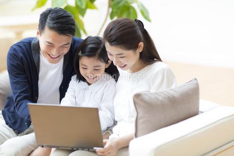 ノートPCを見る親子の写真素材 [FYI02967212]