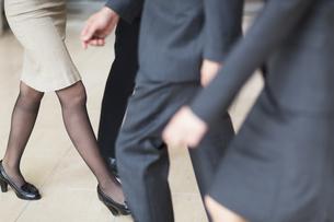 ビジネス男女の歩く脚の写真素材 [FYI02967215]