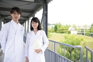 白衣を着た学生男女のポートレートの写真素材 [FYI02967217]