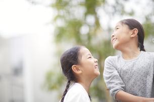 野外で笑い合う二人の女の子の写真素材 [FYI02967222]