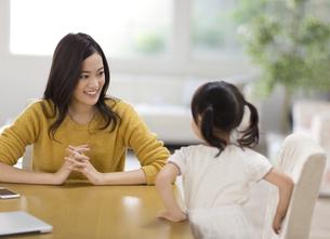 ダイニングテーブルでくつろぐ親子の写真素材 [FYI02967227]