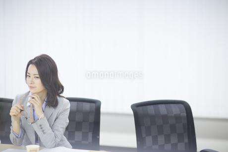 眼鏡を持って考えるビジネス女性の写真素材 [FYI02967229]