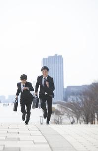 走るビジネス男性2人の写真素材 [FYI02967230]