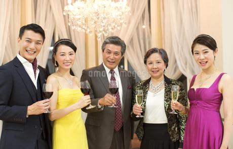 グラスを手に笑顔の5人の男女の写真素材 [FYI02967231]