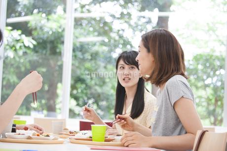 学食で話しながら食事する学生たちの写真素材 [FYI02967235]