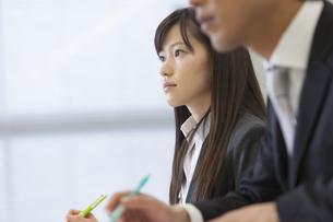 メモをとりながら講義を聴くビジネス女性の写真素材 [FYI02967250]
