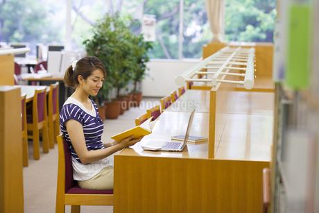 図書室で読書する女子学生の写真素材 [FYI02967251]
