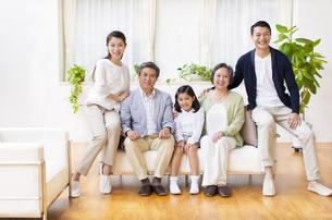集合して微笑む三世代家族の写真素材 [FYI02967256]